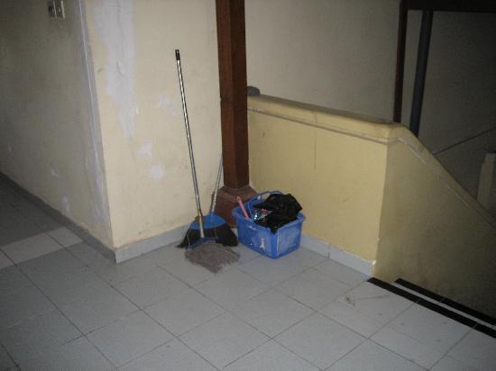 Champlung Mas Hotel: Op de trap/gang lagen vieze schoonmaakspullen en enkele volle stinkende vuilnis zakken. Ook de v