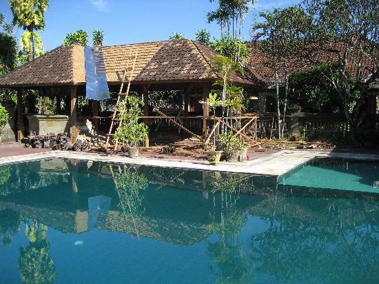 Champlung Mas Hotel: Bij het zwembad was een grote renovatie bezig aan een overdekt huisje.