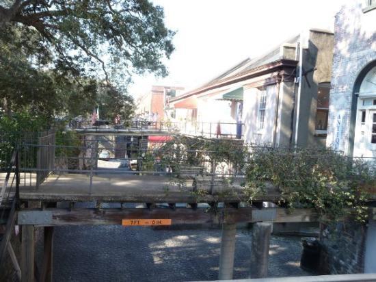Savannah, GA: More shops along the park on Bay Street