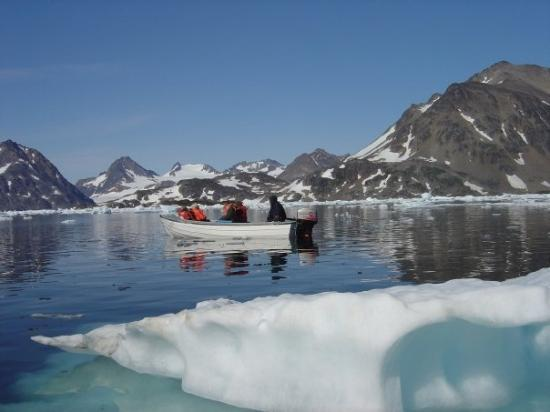 Kulusuk, Grønland: One of our groups boats as we head to the glacier.