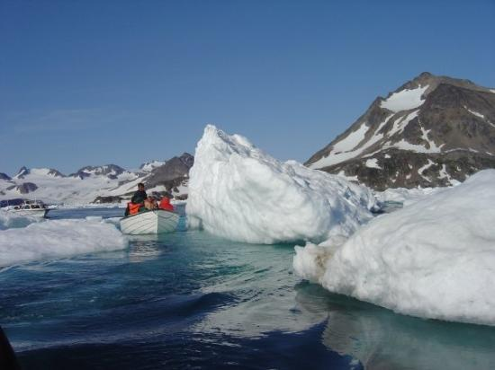 Kulusuk, Grønland: Cruising through the ice flow on the way back from the glacier