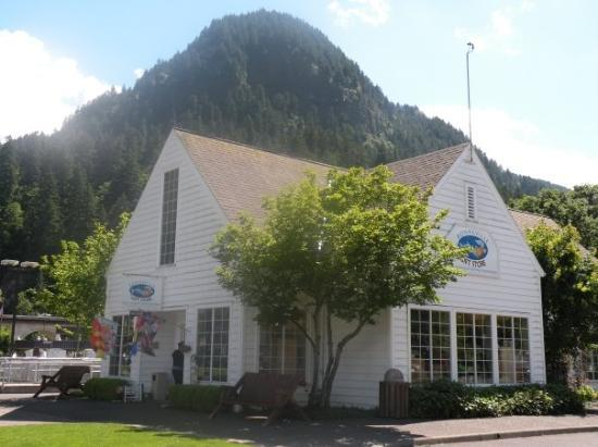 Hood River, OR: Bonneville Fish Hatchery gift shop