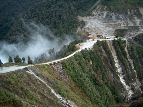Tembagapura, Indonesia: The road we traveled to get to the town. It was usually engulfed in clouds.