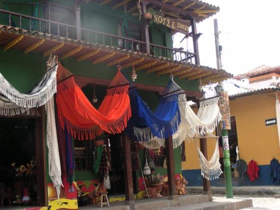 Villa de Leyva, Colombia: Raquira, uno de los mejores comercios de artesanias!! como ven puro color!!!!