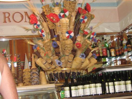 Perugia, Italia: that's an ice cream cone bouquet.