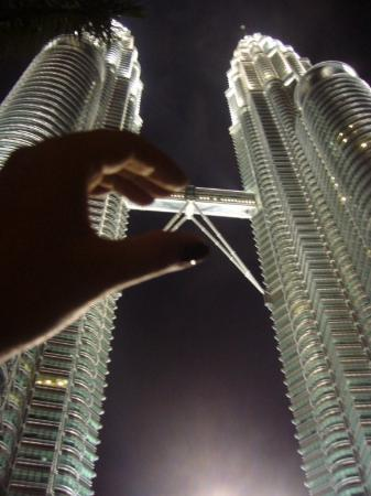 Petronas Twin Towers: can't upward..but i can get it in my hand!!
