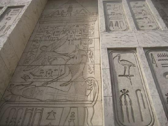 Luxor Hotel & Casino: walls of the hotel