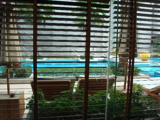 Legacy Suites Sukhumvit by Compass Hospitality: The pool as seen from waiting area