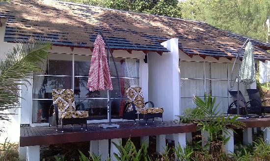 Sari Pacifica Hotel, Resort & Spa Sibu Island: Walk to the resort. 15 fountains no water not functioning