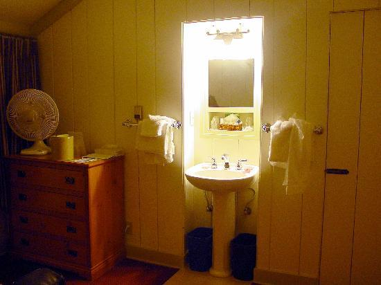 Bright Angel Lodge: The room had a sink and closet...just no toilet or shower...they are shared.