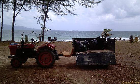 Sari Pacifica Hotel, Resort & Spa Sibu Island: tractor to carry luggages