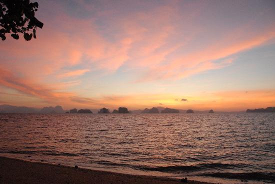 Koyao Island Resort: Sunrise from the beach