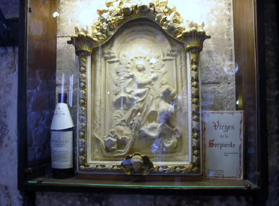 Meson del Cid: Virgen de la Serpiente de Dalí en el Mesón del Cid