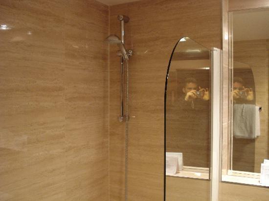 Grand Majestic Plaza Hotel: Shower