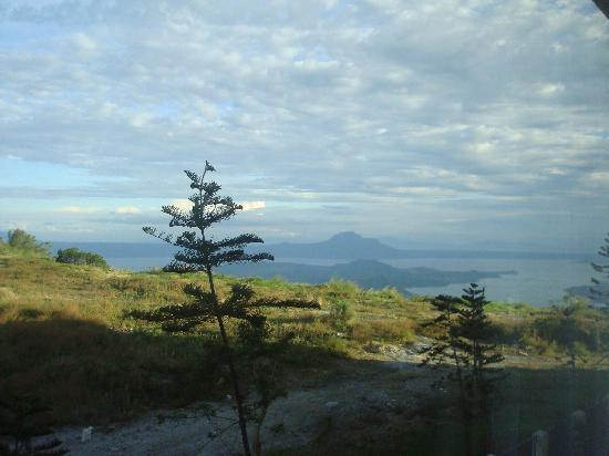 Taal Vista Hotel: Lake View from the Room 001