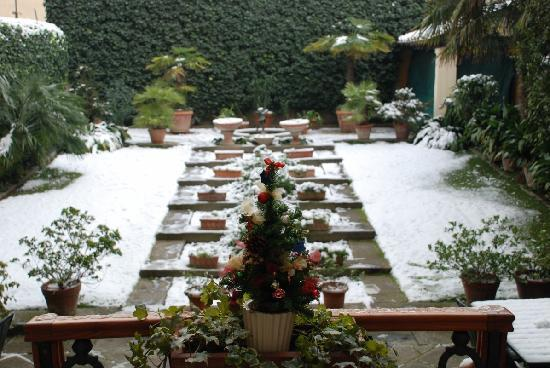 Principe Hotel: Garden with snow