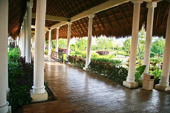 Valentin Imperial Riviera Maya: walkway