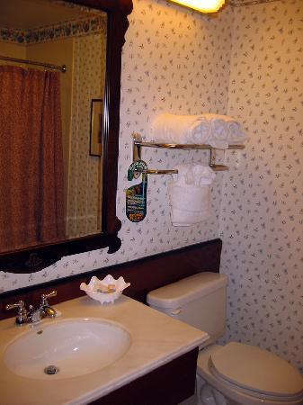 Bishop Creekside Inn: Nice clean bathroom.