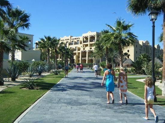 Hotel Riu Santa Fe: walking to building 7