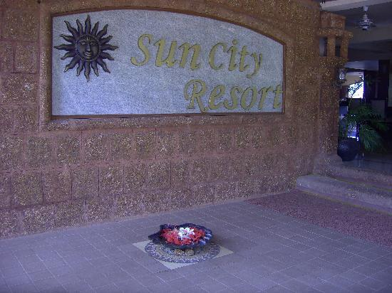 Sun City Resort: Fresh flowers every day at the entrance