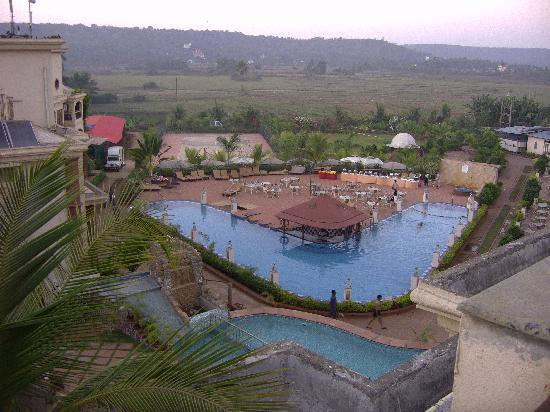Sun City Resort: view over pool at the rear