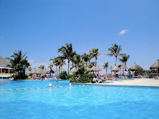 Luxury Bahia Principe Akumal: Activities Pool