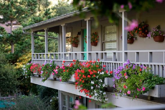 Carmel Country Inn: Flower Boxes outside Two Bedroom Suites