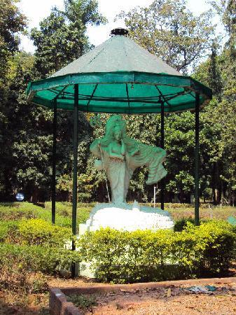 Vatika Guest Home: Statue in Botanical Garden