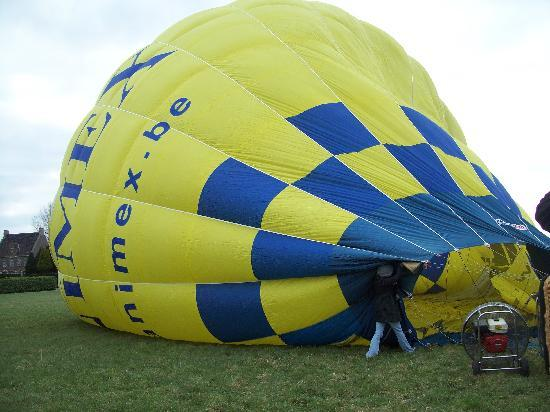 Bruges Ballooning: Helping to set up
