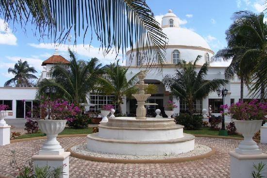 El Dorado Sensimar Riviera Maya: Boulevard leading up to the hotel entrance