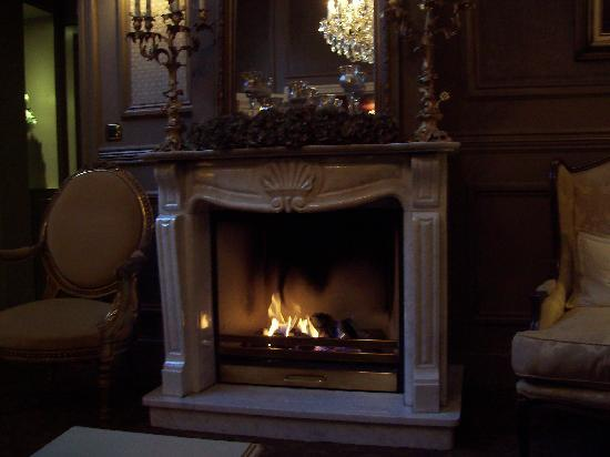 Hotel Heritage - Relais & Chateaux: the fireplace in the bar