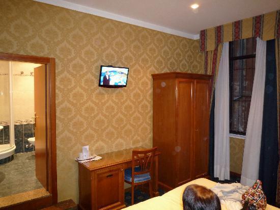 Hotel Raffaello: Wardrobe and desk