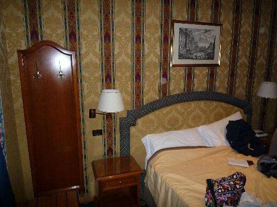 Hotel Raffaello: Bed and coathanger