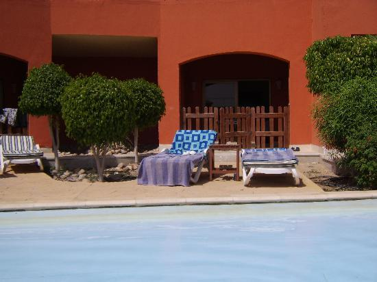 Coral Sea Holiday Village: swim up room private patio & beds