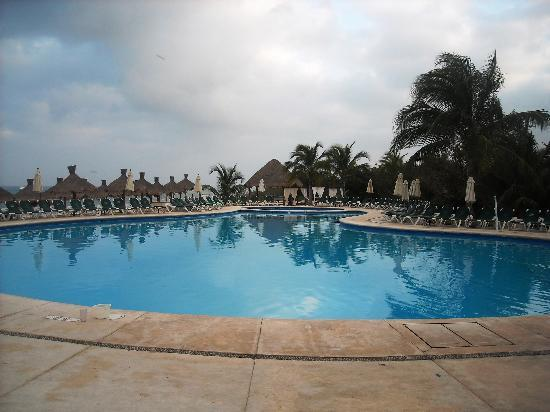 Occidental Cozumel: pool at 6 am---before it fills up