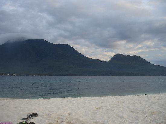Mambajao, Philippines : Hibok hibok und old Volcano from white Island