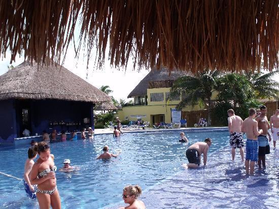 Sandos Caracol Eco Resort: Swim up bar pool