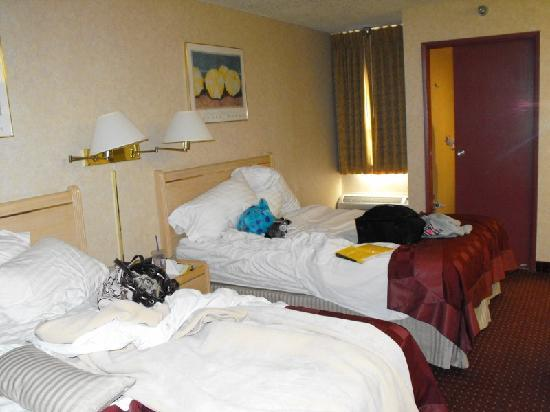 Ramada by Wyndham Anaheim Convention Center: 2 queen beds and sliding bath door off in the distance