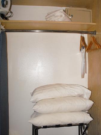 Ramada by Wyndham Anaheim Convention Center: Wardrobe type closet
