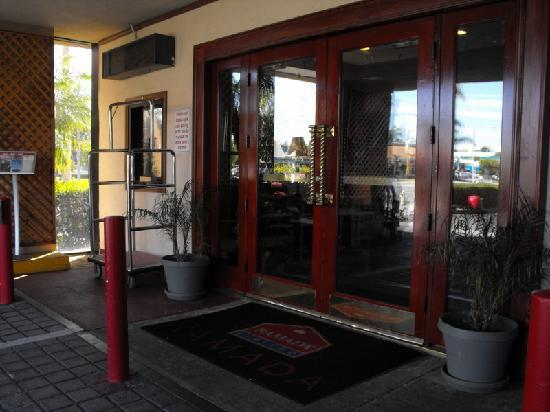 Ramada by Wyndham Anaheim Convention Center: Front of hotel