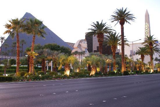 Luxor Hotel & Casino: external view