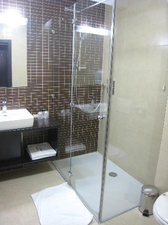 Hotel Jarun: Bathroom with Big Shower