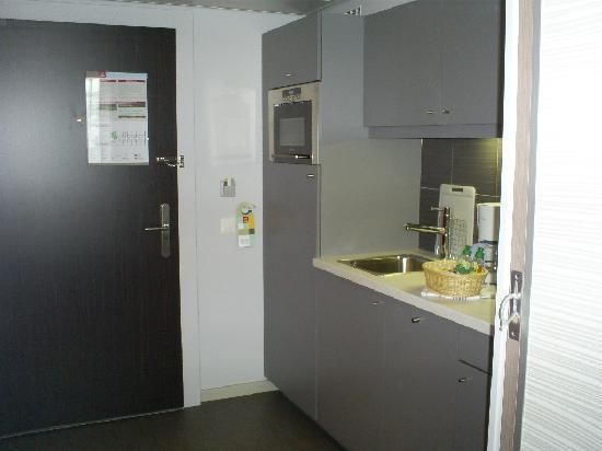 Aparthotel Adagio Basel City: Door into studio apartment/kitchen