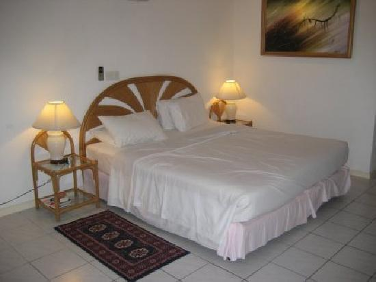 Holiday Island Resort & Spa: The large bed
