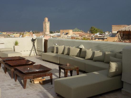 Riad Charlott': Terrasse du Riad avec vue sur la Médina