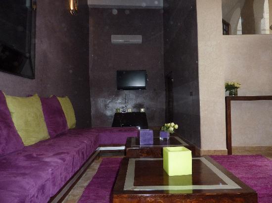 Riad Charlott': coin salon spacieux et convivial