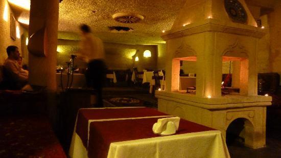 Gamirasu Cave Hotel: la salle à manger avec son foyer à bois