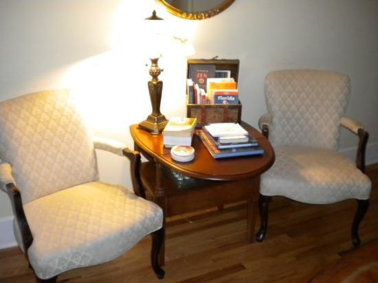 Centennial House Bed and Breakfast: Reading area