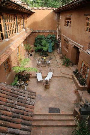Hotel Casa Encantada: back courtyard, show the marvellous Colonial architecture