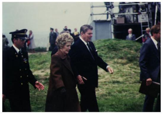 Arromanches-les-Bains, Frankrike: The President and First Lady arrive at Pointe-du-Hoc; 6 June 1984
